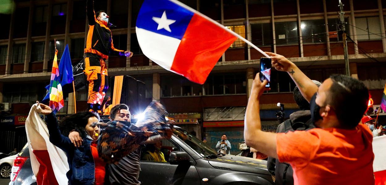 Comemoração de chilenos nas ruas após referendo: nova Constituição será escrita por civis eleitos