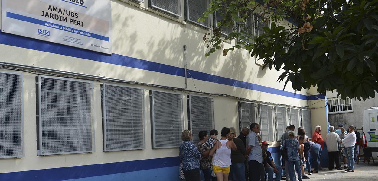 Fila para vacinação contra febre amarela na Unidade  Básica de Saúde - UBS/AMA Jardim Peri