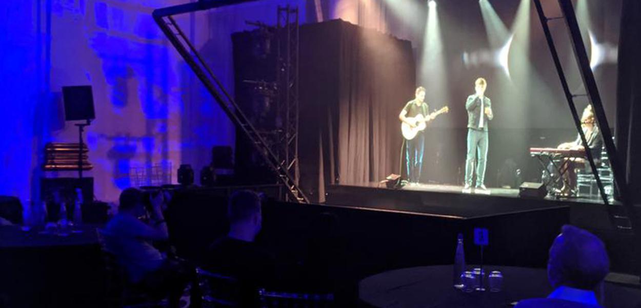 Cantor Dan Olsen e seu guitarrista se apresentam em Londres com tecnologia baseada em holograma vitoriano 15/10/2020