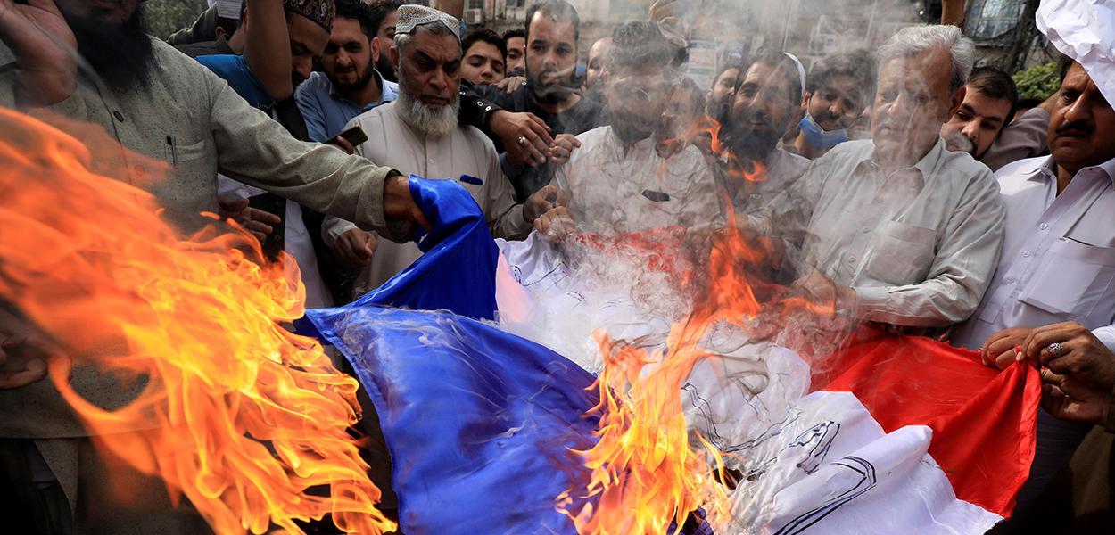 Em protesto contra presidente francês, Emmanuel Macron, manifestantes queimam bandeira fa França em Peshawar, Paquistão. 28/10/2020