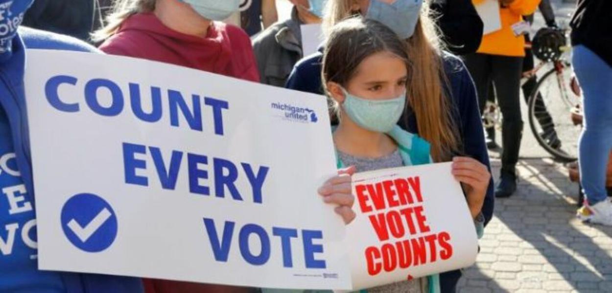 Manifestantes pedem a contagem de todos os votos em Detroit, após anúncio do presidente Donald Trump de que recorrerá à Justiça para parar a apuração
