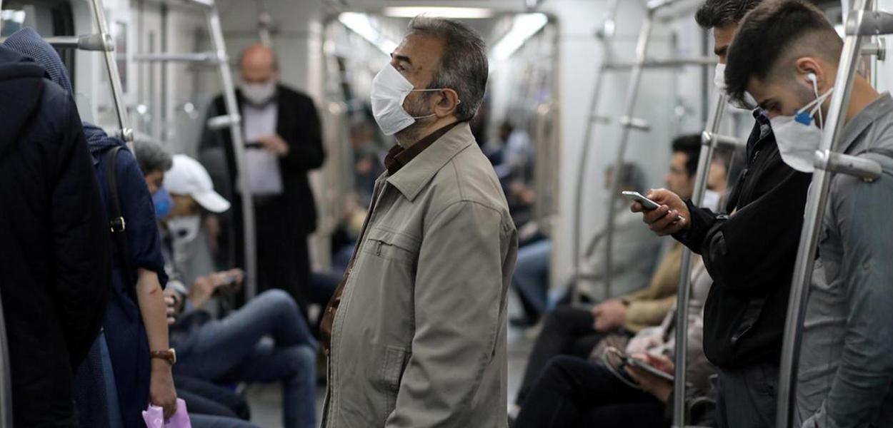 Iranianos usam máscara no metrô do Teerã