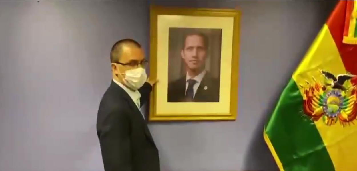 Ministro das Relações Exteriores da Venezuela, Jorge Arreaza, retira foto de Juan Guaidó da embaixada venezuela em La Paz
