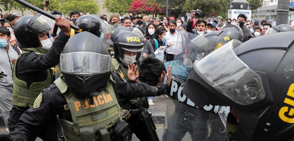 Policiais reprimem manifestantes em Lima, Peru