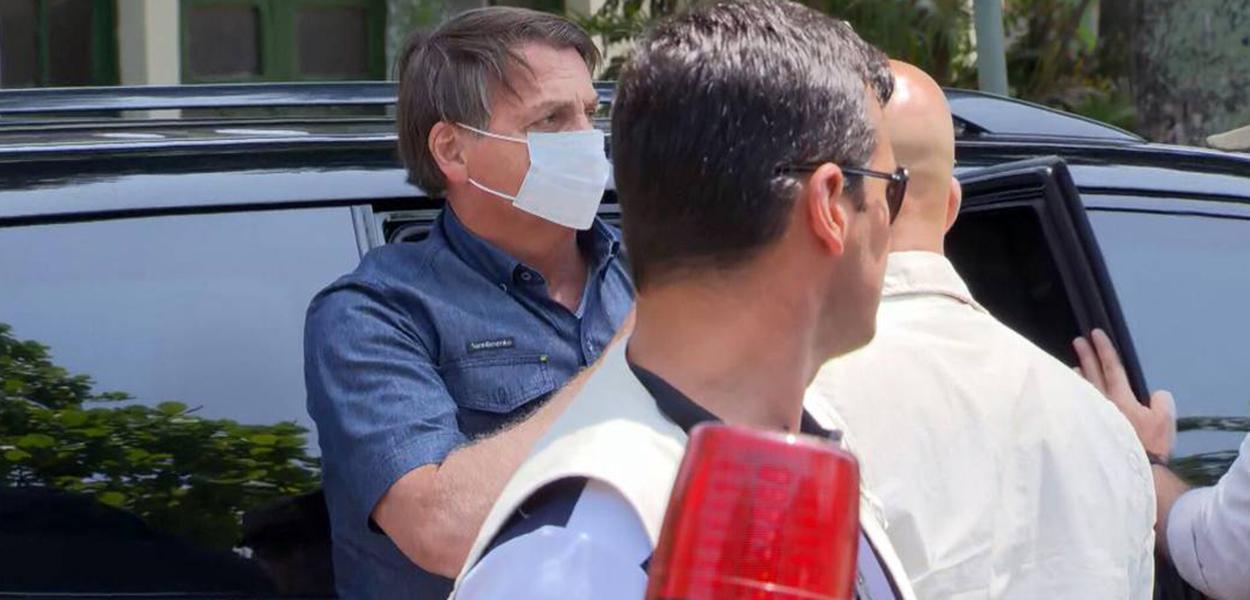 Jair Bolsonaro chega para votar