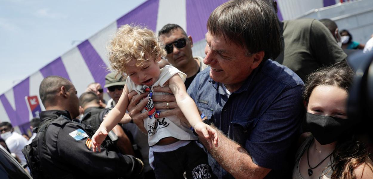 Jair Bolsonaro causa aglomeração em meio à pandemia