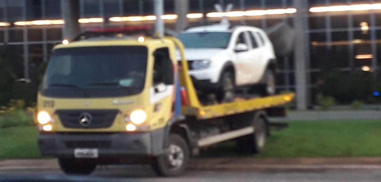 Carro invade espelho d'água do Ministério da Justiça, em Brasília