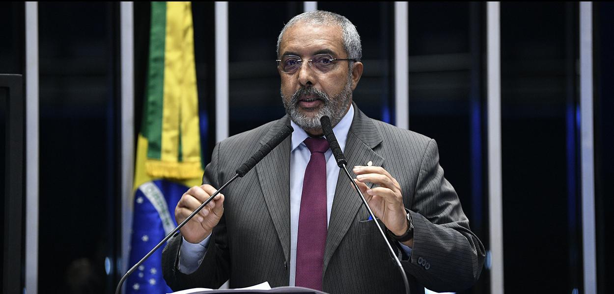 Em discurso, à tribuna, senador Paulo Paim.