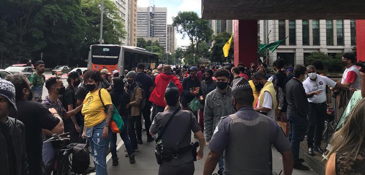 Manifestantes no vão livre do MASP contra o racismo e o assassinato de homem negro por dois seguranças Carrefour