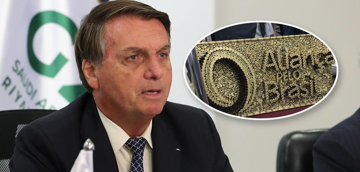 Bolsonaro e placa do partido feita de munição