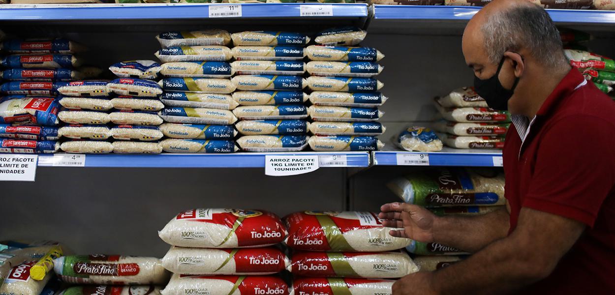 Consumidor faz compras em supermercado do Rio de Janeiro