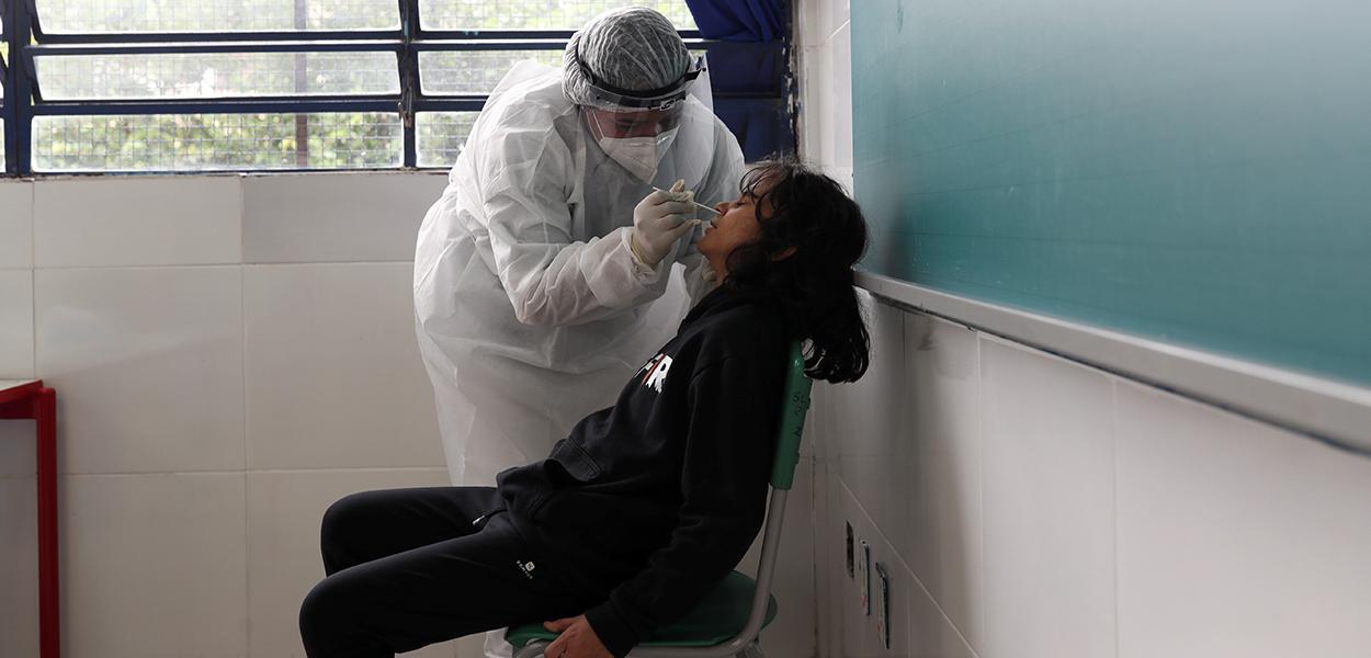 Profissional de saúde colhe amostras para teste de detecção de coronavírus em Taboão da Serra