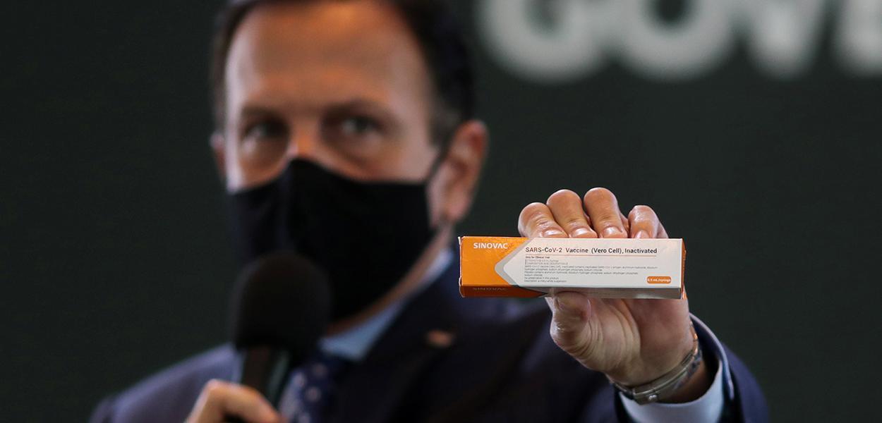 Governador João Doria segura caixa da CoronaVac