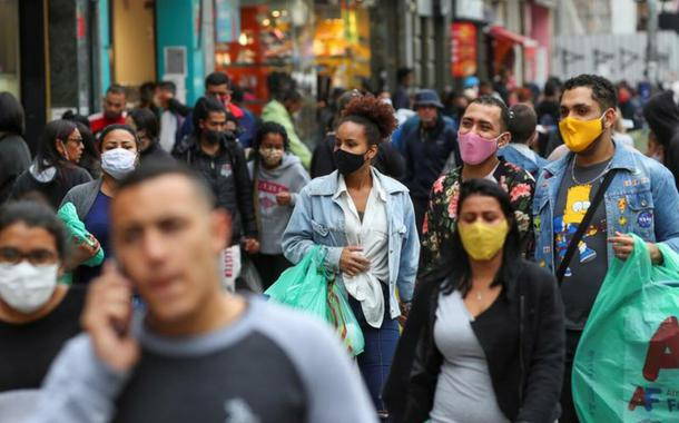 Pessoas caminham em distrito de comércio popular em São Paulo durante pandemia de coronavírus 15/07/2020