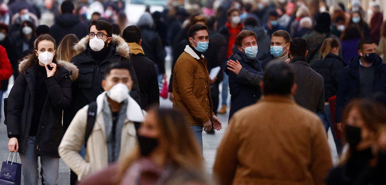Pessoas usando máscaras caminham em distrito comercial de Roma durante pandemia da Covid-19
