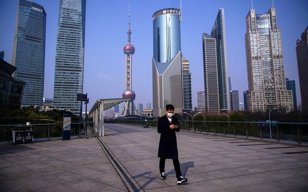 Homem anda de máscara na cidade de Xangai, na China