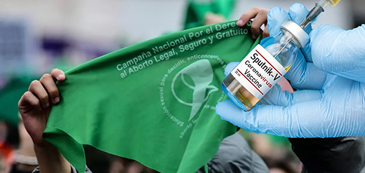 Imagem de pessoas que apoiam a descriminalização do aborto do lado de fora do Congresso argentino, em 11 de dezembro de 2020