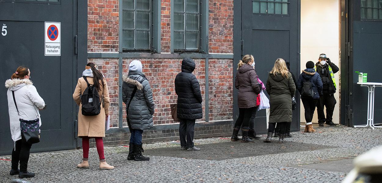 Pessoas fazem fila perto de centro de vacinação contra Covid-19 na região de Berlim