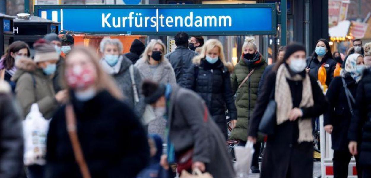 Portando máscaras, pessoas transitam em rua de comércio em Berlim, Alemanha. 05/12/2020