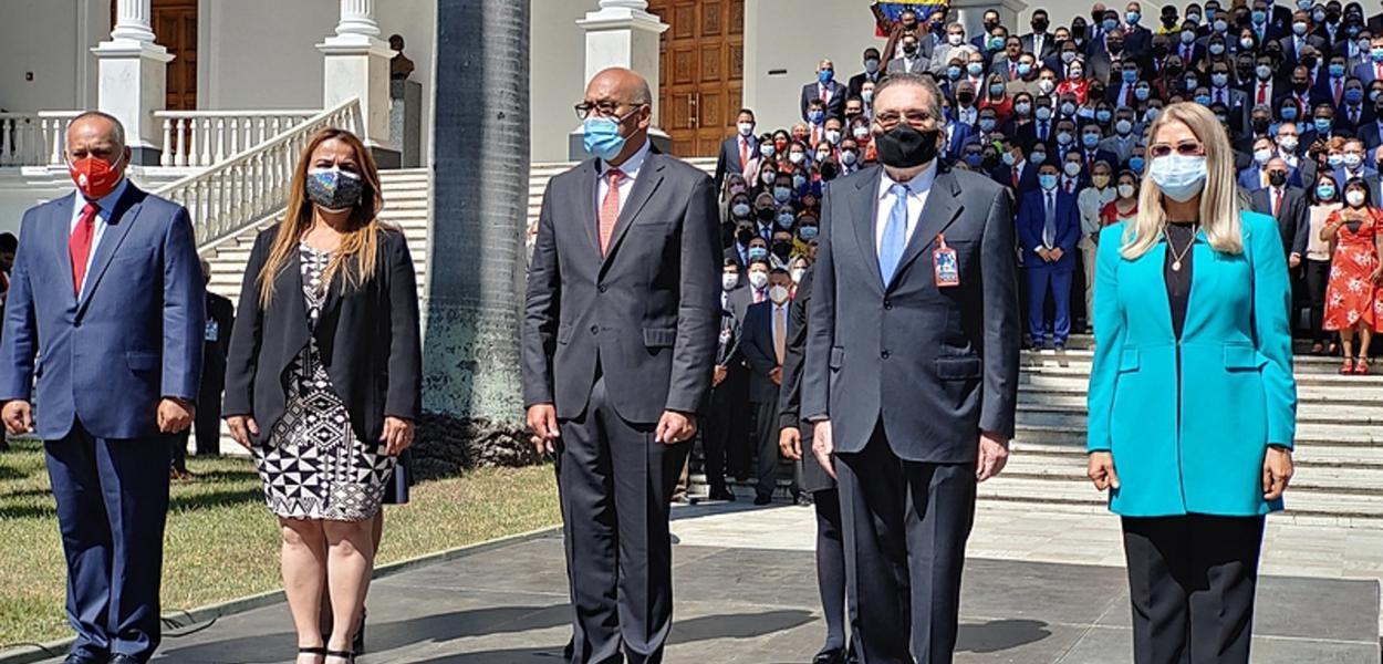Nova Assembleia Nacional tem 90% de deputados do partido governante e será presidida por Jorge Rodríguez (ao centro)