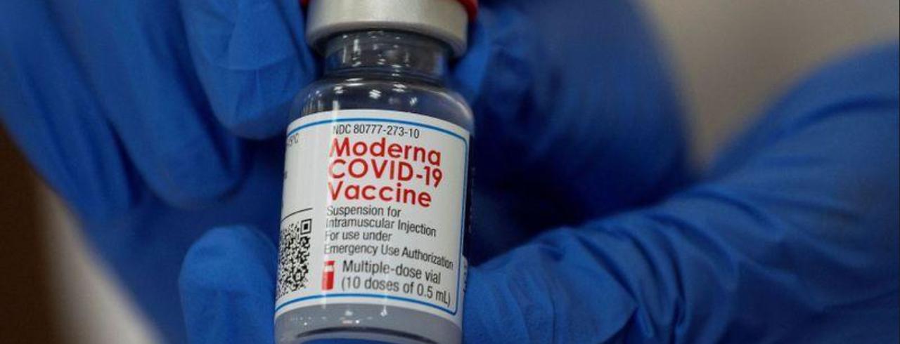 Profissional de saúde segura frasco de vacina da Moderna contra o coronavírus em hospital de Nova York (EUA)