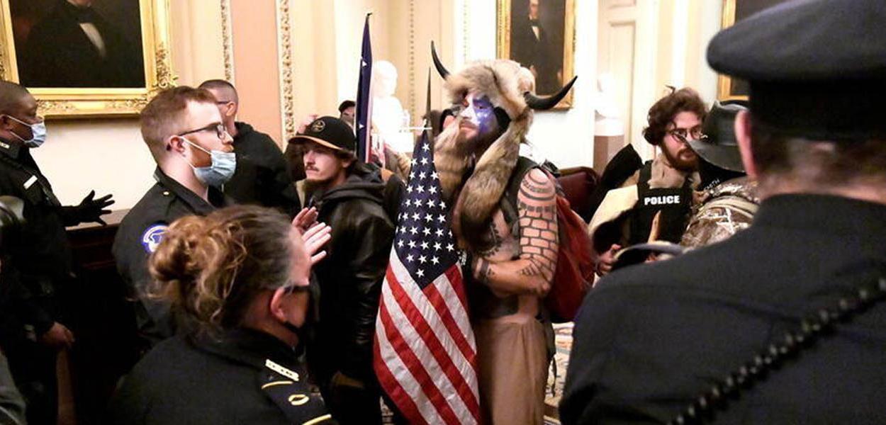 Seguidor de Trump fantasiado invade Capitólio