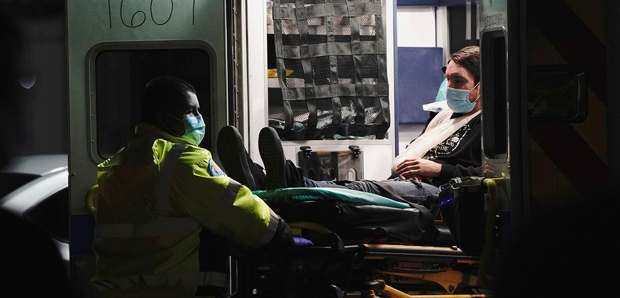 Paciente chega ao hospital comunitário de Huntington Park, na Califórnia, em meio à pandemia de coronavírus