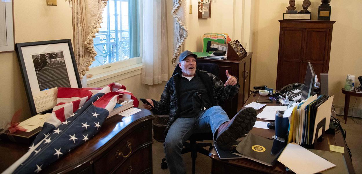 Richard Barnett tira foto em escritório de Nancy Pelosi