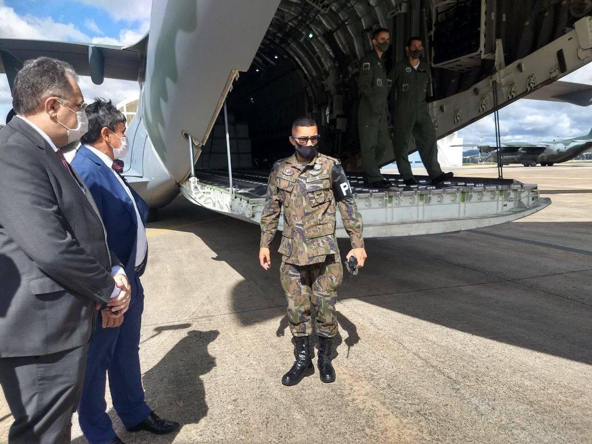Governador do Piauí, Wellington Dias, recebe avião com CoronaVac no estado
