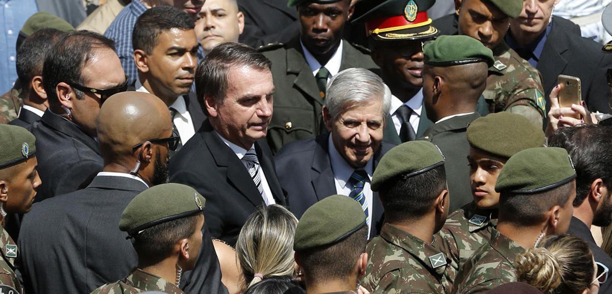Jair Bolsonaro, o general Augusto Heleno (ministro do GSI) e militares