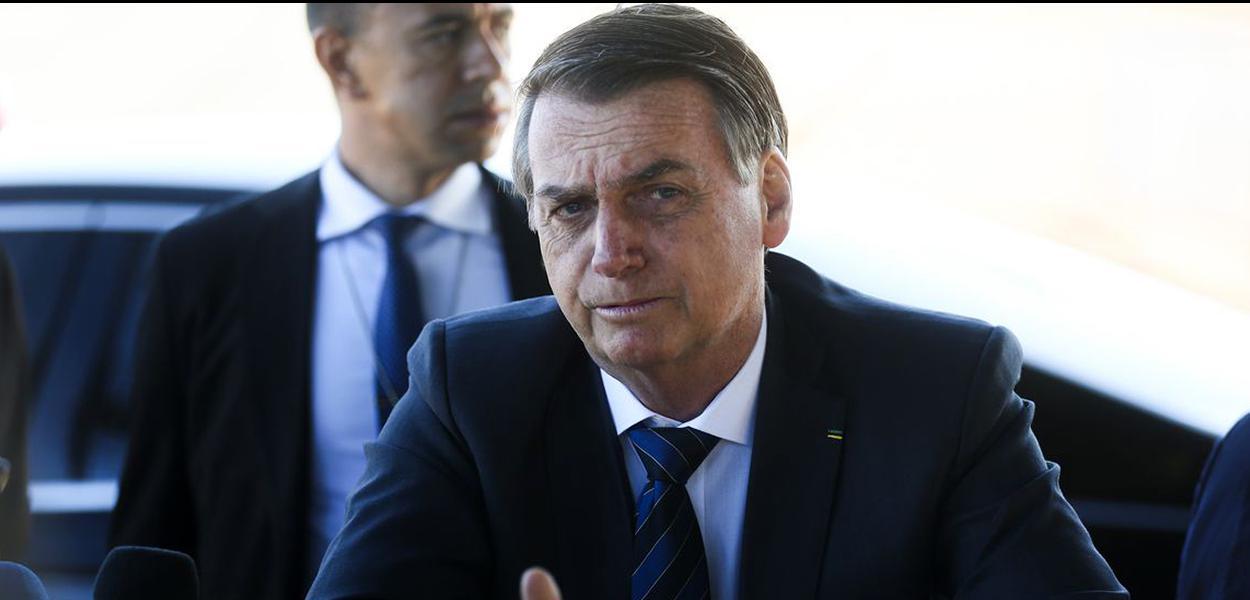 Presidente Jair Bolsonaro fala ࠩmprensa ao sair do Palᣩo da Alvorada