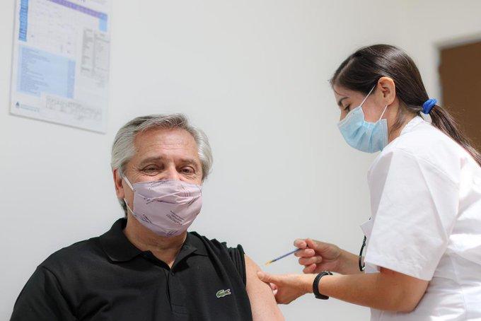 Presidente da Argentina, Alberto Fernandez, recebe dose da vacina russa Sputnik V