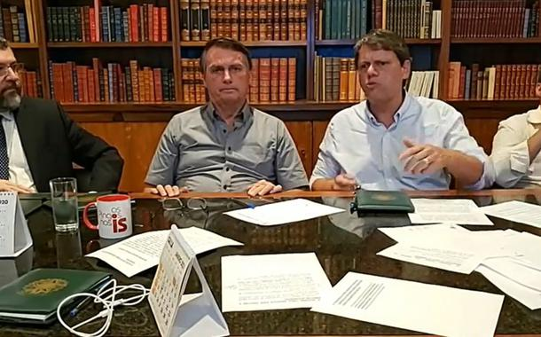 Em live semanal, Jair Bolsonaro demonstra insatisfação com pessoa de máscara