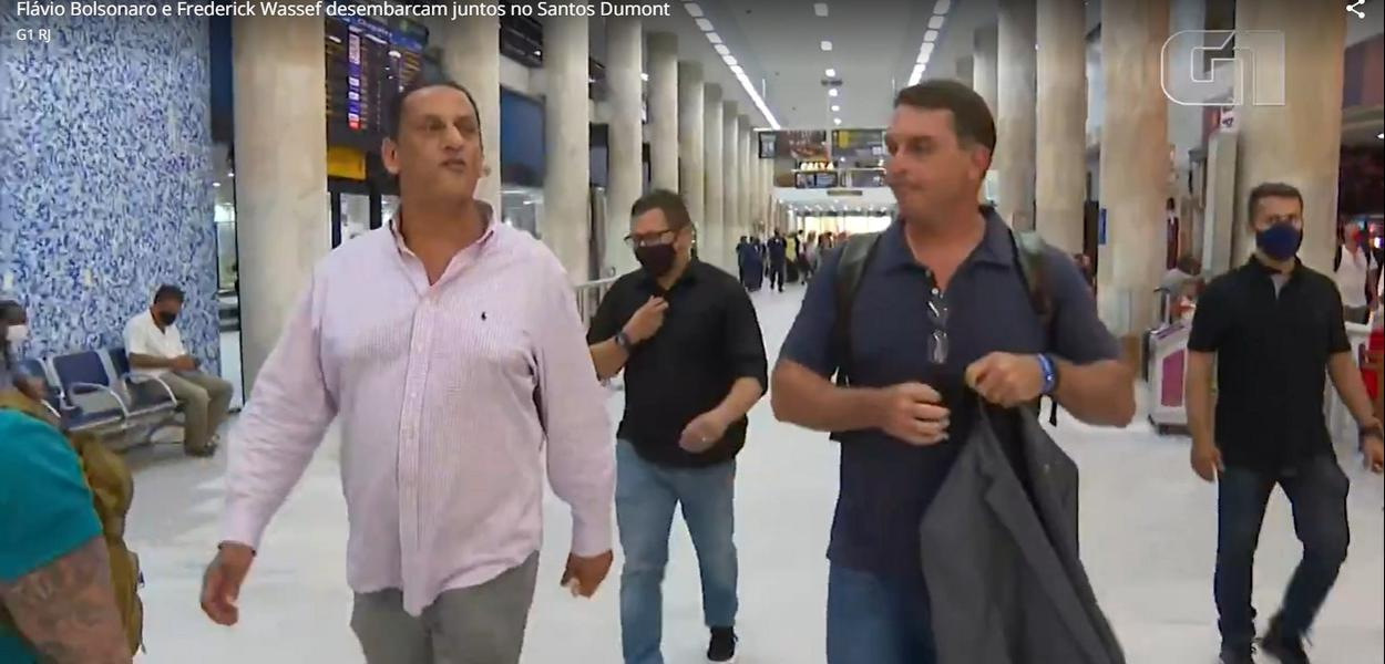 Wassef e Flávio Bolsonaro no aeroporto