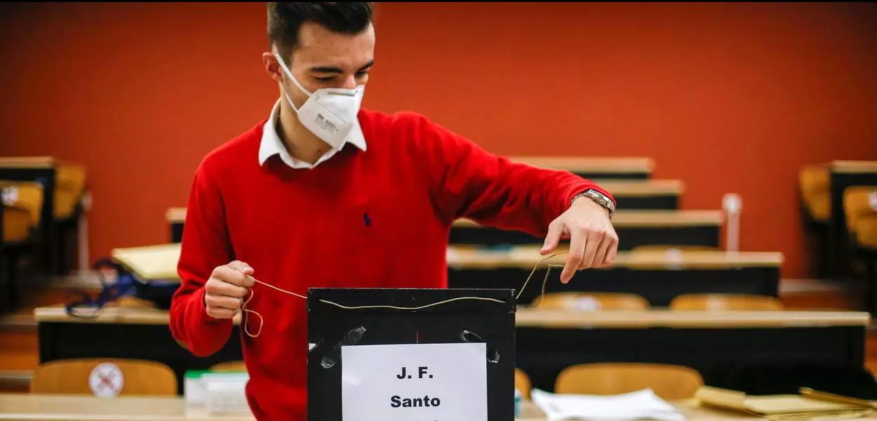 Em Lisboa, mesário prepara equipamentos da seção eleitoral minutos antes da abertura da votação em Portugal.