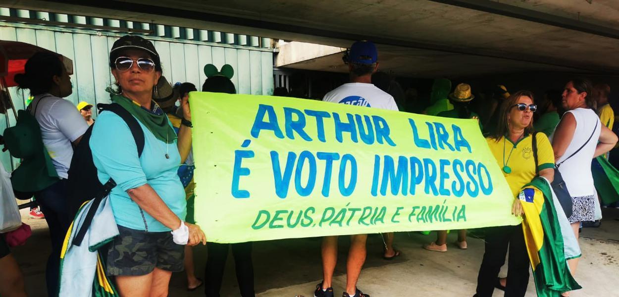Bolsonaristas apoiam Arthur Lira na entrada da Câmara