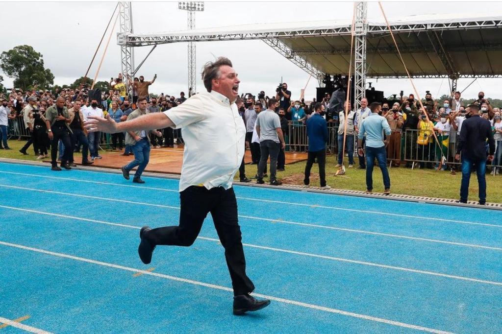 Jair Bolsonaro correndo
