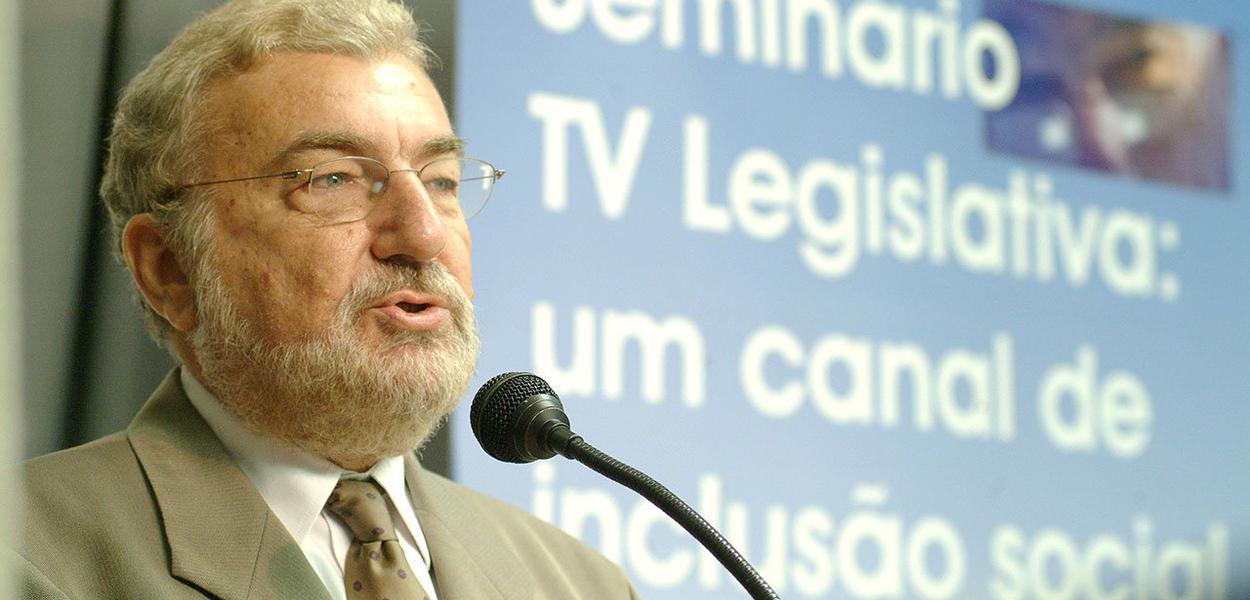 """Sociólogo e jornalista Laurindo Lalo Leal Filho criticou o primeiro mandato da presidente Dilma na área da comunicação, ao dizer que a petista deveria ter dado prosseguimento ao projeto de democratização da mídia; ele observa, no entanto, que o acirramento do embate eleitoral fez Dilma perceber a importância da medida; segundo ele, no processo eleitoral, ela mostrou disposição em discutir o que chama de """"regulação econômica da mídia"""""""