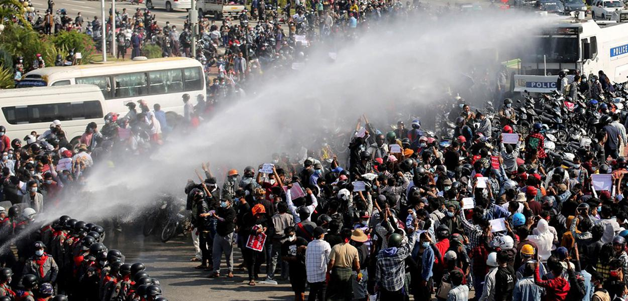 Manifestação em Naypyitaw, capital de Myanmar, em 8 de fevereiro de 2021.