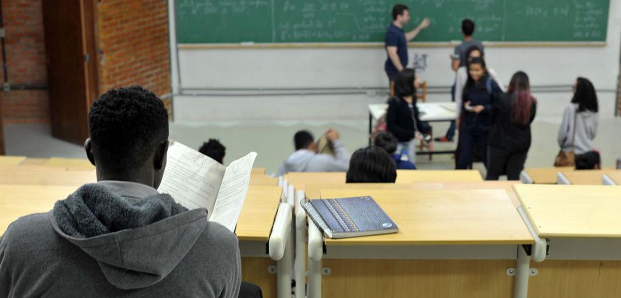 Falta de coordenação na pandemia faz jovens adiar entrada em universidade