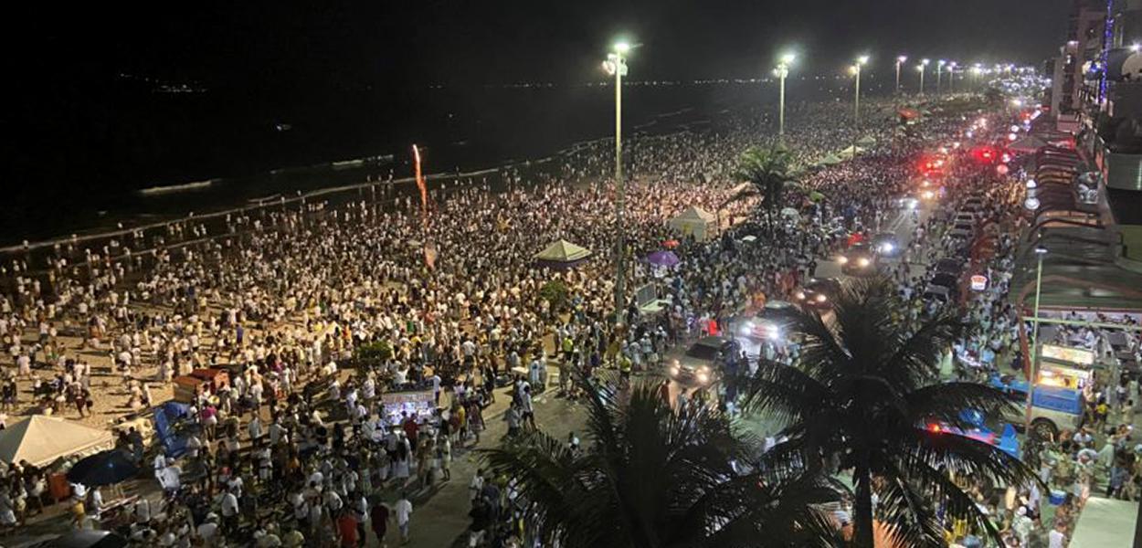 Multidão se aglomera em praia de Cabo Frio (RJ)