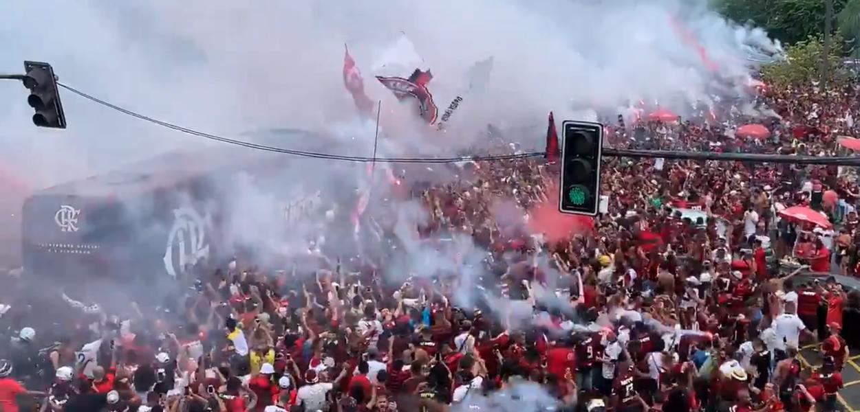 Multidão se aglomera antes do jogo do Flamengo e Internacional