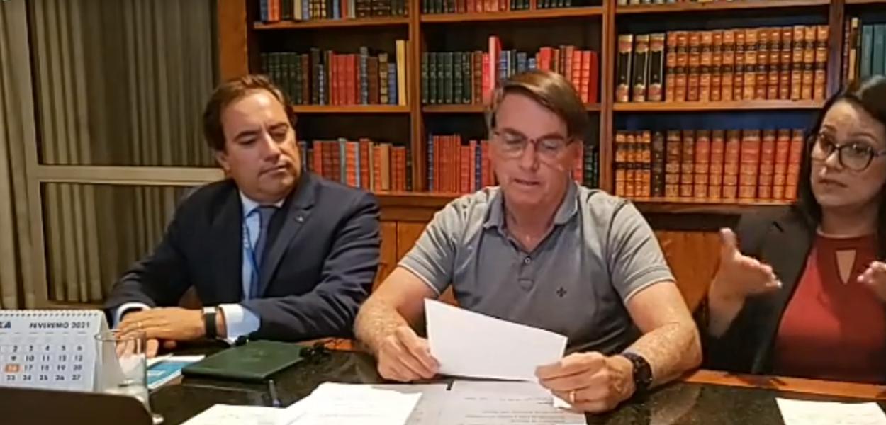 Jair Bolsonaro e pessoas de máscara