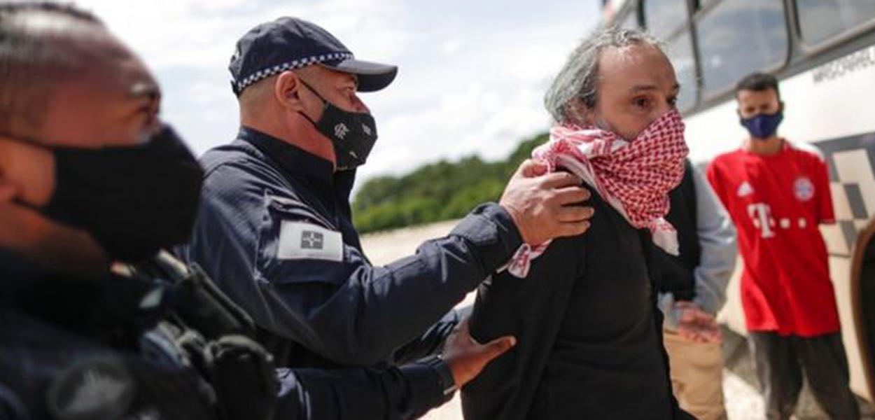 Rodrigo Pilha é preso após fazer protesto contra Bolsonaro usando bandeira com suástica.