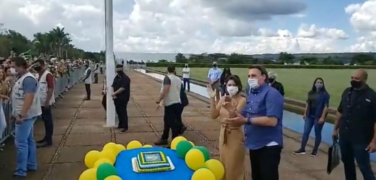 Jair Bolsonaro fala a apoiadores no dia do aniversário