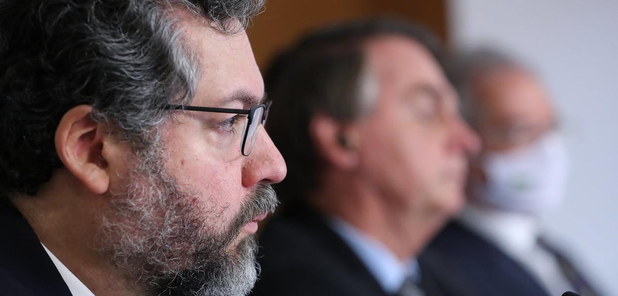 Ex-ministro de Relações Exteriores Ernesto Araújo e Jair Bolsonaro