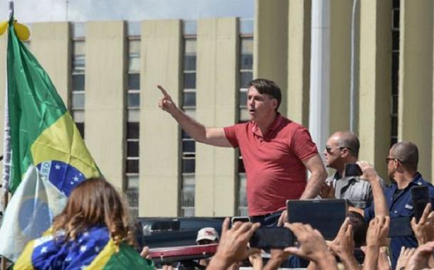 Bolsonaro discursou a apoiadores que pediram um novo AI-5