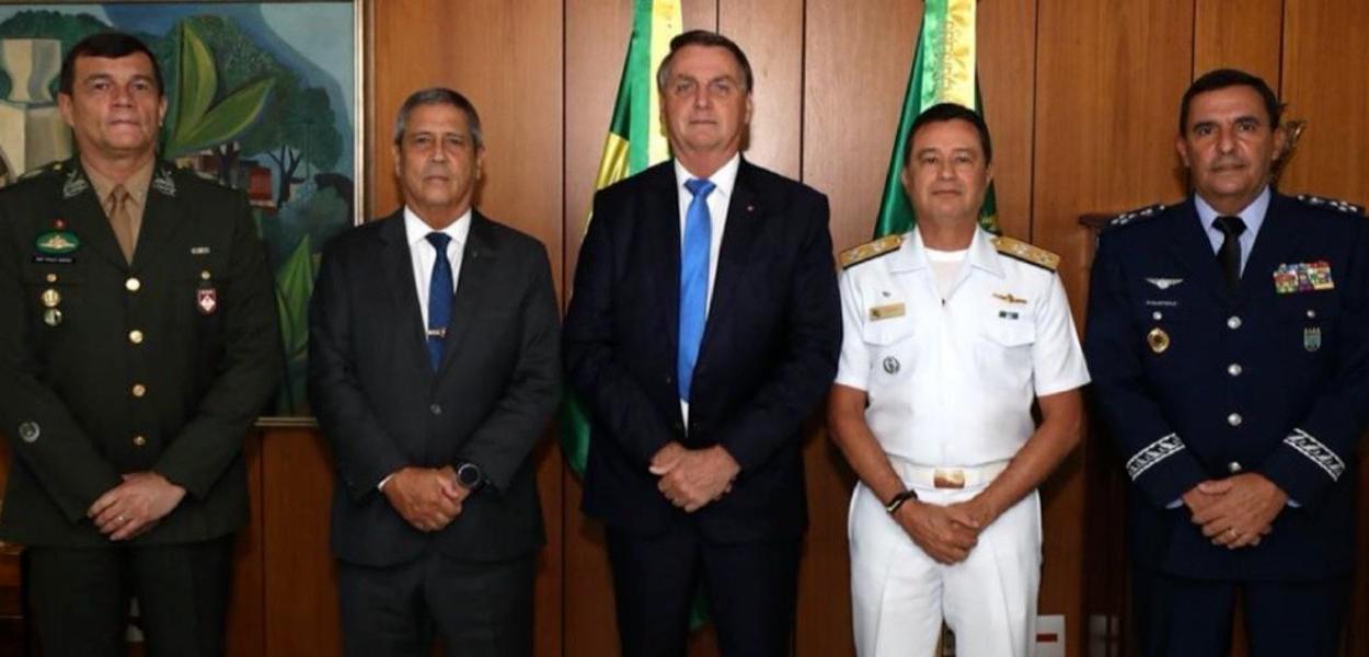 Paulo Sergio Nogueira, Braga Netto, Jair Bolsonaro, Almir Garnier Santos e Carlos de Almeida Baptista Junior