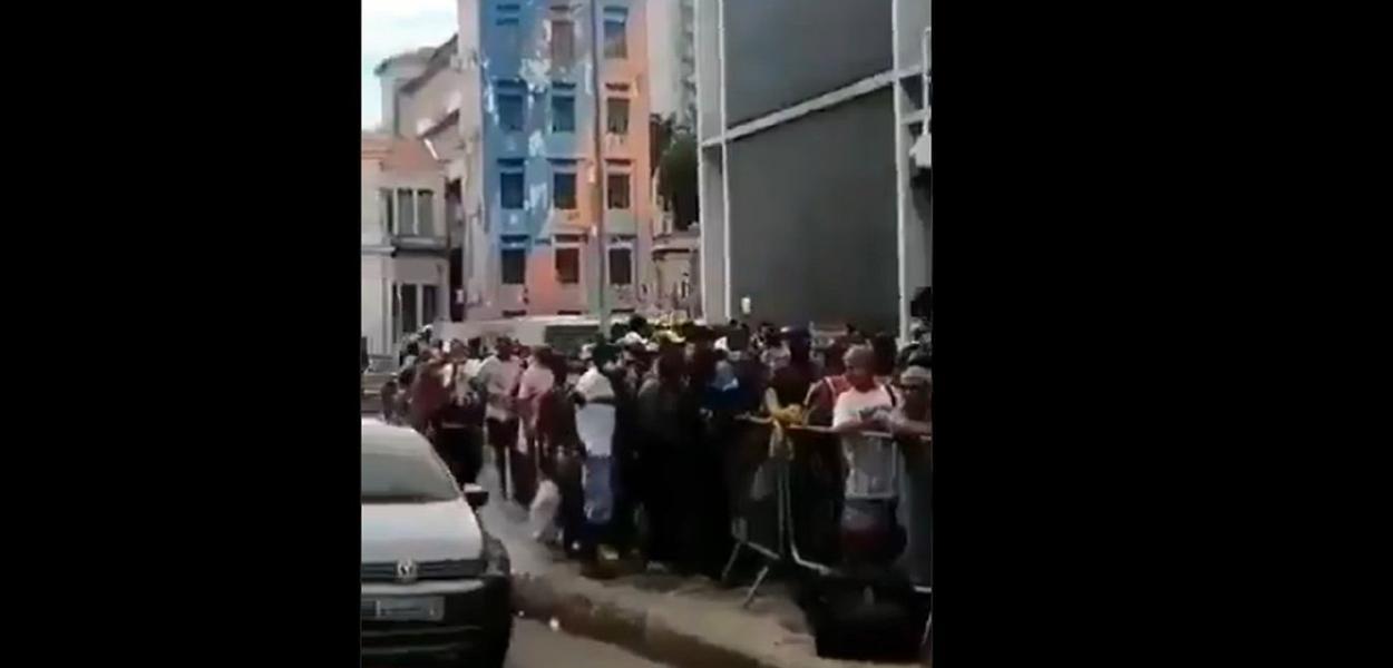 Pessoas à espera de um prato de comida no RJ