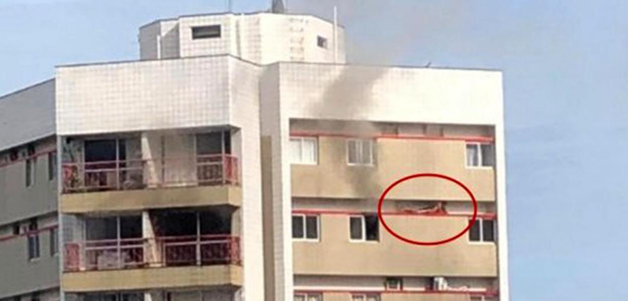 Para fugir das chamas, um jovem de 22 anos se abrigou em um recuo da fachada de um prédio em Recife